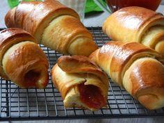 Reteta culinara Desert cornuri cu gem de caise din categoria Dulciuri. Cum sa faci Desert cornuri cu gem de caise Hot Dog Buns, Hot Dogs, Bread, Gem, Food, Brot, Essen, Jewels, Baking