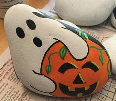 Decorative Rocks : 17 Holiday Painted Rocks Ideas for Halloween and Christmas Pebble Painting, Pebble Art, Stone Painting, Stone Crafts, Rock Crafts, Arts And Crafts, Rock Painting Ideas Easy, Rock Painting Designs, Halloween Rocks