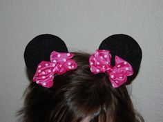 Tutorial for adorable Minnie Mouse Ear Hair Clips. Made with felt circles, ribbons and hair clips. Glue the circles and bows to the clips and you're done. From Pinkie for Pink