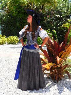 LOVE this pirate costume! Pirate Garb, Female Pirate Costume, Pirate Wench, Pirate Woman, Pirate Costumes, Lady Pirate, Costume Halloween, Pirate Halloween, Cool Costumes