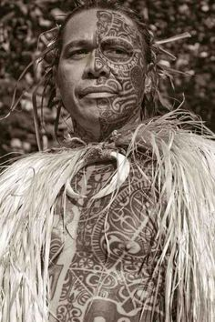 This is Tihoti Faara Barff from Tahiti working for Soul Signature Tattoo in Hawaii - half his body is tatau'd to link him to the past, the other side not tatau'd to link him to the modern world We Are The World, People Of The World, Lewis Carroll, Tiare Tahiti, Signature Tattoos, Hawaiian Tattoo, Hawaiian Art, Atelier D Art, Estilo Real