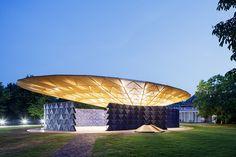 Serpentina Pavilion 2017: cobertura iluminada à noite.