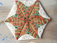 I really like japanese folded patchwork and made this star for a christmas decoration: Atarashii Origami Quilt, Fabric Origami, Fabric Crafts, Fabric Christmas Ornaments, Quilted Ornaments, Christmas Decor, English Paper Piecing, Hexagon Quilt, Crochet Dresses