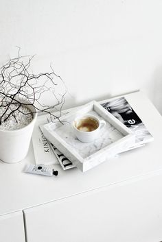 Bringing the elegance of marble to your home decor doesn't need to be expensive! Find out some affordable marble decoration ideas here! Nordic Design, Web Design, Modern Design, Minimalism Blog, Marble Tray, Carrara Marble, Flat Lay Photography, Minimalist Photography, Coffee Photography