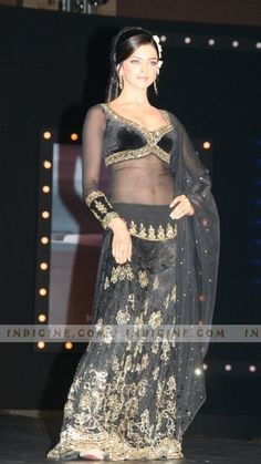 Deepika Padukone, bollywood retro look in om shanti om - All For Simple Hair Pakistani Dresses, Indian Dresses, Indian Outfits, Bollywood Celebrities, Bollywood Fashion, Bollywood Actress, Indian Bridal Wear, Indian Wear, India Fashion