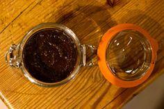 Αντιγηραντική μάσκα προσώπου με καφέ και μέλι Η μεγάλη περιεκτικότητά του σε αντιοξειδωικές ουσίες, καθιστά τον καφέ πολύτιμο σύμμαχο στην εξουδετέρωση των επιβλαβών ελευθέρων ριζών στο σώμα. Σε συνδυασμό με τις ευεργετικές ιδιότητες του μελιού, θα φτιάξετε μια αντιοξειδωτική μάσκα προσώπου που καταπολεμά τις ελεύθερες ρίζες και την πρόωρη γήρανση. Θα χρειαστείτε: -1 κουταλάκι του Facial Tips, Homemade Mask, Coffee Scrub, Bath Bombs, Health And Beauty, Mascara, Hair Beauty, Cosmetics, Glasses