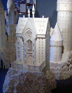 Hogwarts made from matchsticks. (And all of a sudden my final projects seem that much more lame. Harry Potter Spells List, Harry Potter Dolls, Harry Potter Drawings, Harry Potter Anime, Harry Potter Hogwarts, Foam Carving, Saloon, Fantasy Castle, Craft Stick Crafts