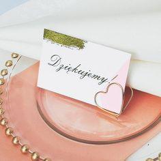 Praktyczny uchwyt do winietek w kształcie serca podkreśli elegancję weselnego stołu i pozwoli umieścić winietki we właściwych miejscach! Idealnie pasują do najnowszej kolekcji Różowe Złoto! #wesele #podziekowaniedlagosci #kolekcjaslubna #slub #dodatkislubne #dekoracjeslubne Place Cards, Place Card Holders