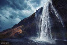 Seljalandsfoss - Mystical Island  2 Aufnahmen, eine für den Wasserfall und eine für den Himmel. Beide Aufnahmen in PS kombiniert, der Wasserfall mit einer Belichtungszeit für die Wasserstrukturen, der Himmel stark unterbelichtet für eine dramatischere Wirkung.