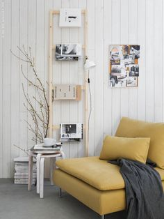Välkomna ljuset med vårens allra vackraste färgkombination, senapsgula nyanser i tillsammans med grått och ljust trä. IVAR i obehandlad furu adderar den rätta känslan, SÖDERHAMN 1-sits sektion i Samsta mörkgul, RANARP vägg-/klämspot, FROSTA pallar (här patinerade med ett lager vit färg), anslagstavla för vårens moodboard VÄGGIS, VÄRDERA tekopp och grå POLARVIDE pläd.