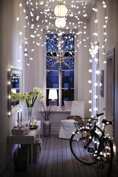 Inspiration für Winterdekoration: Lichterketten von der Decke hängen