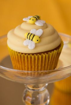 Deliciously moist cupcakes flavoured with honey, and topped with a generous swirl of honey cream cheese icing. Honey Cupcakes, Bee Cupcakes, Moist Cupcakes, Yummy Cupcakes, Beehive Cupcakes, Fun Baking Recipes, Honey Recipes, Sweet Recipes, Cupcake Flavors