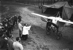 在 一 戰 中, 飛 行 器 和 化 學 武 器 第 一 次 被 大 規 模 使 用。 圖 為 1915年, 一 群 德 國 士 兵 觀 看 神 父 為 飛 機 賜 福。