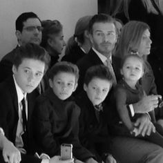The whole Beckham gang sitting front row at the Victoria Beckham show NYFW David Et Victoria Beckham, David Beckham, Brooklyn Beckham, Vogue Paris, Harper Beckham, Classic Chic, Music Film, Spice Girls, Celebs