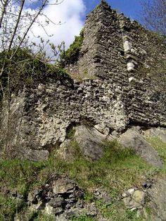 Le château d'Axat est une ruine pleine de mystères. Perchée sur une colline rocheuse au dessus du bourg, elle se laisse envahir par la végétation pour empêcher les curieux d'approcher...... Au péril de ma vie, je l'ai visitée pour vous.
