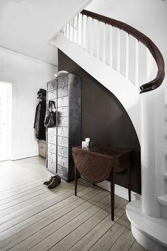 10 Fresh Design Ideas for an Easy Entryway Upgrade - Paint an accent wall! Design Entrée, Deco Design, House Design, Design Ideas, Interior Architecture, Interior And Exterior, Interior Design, Interior Office, Modern Interior