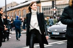 The Very Best Street-Style Inspiration from Milan Fashion Week Winter Pullover Outfits, Chic Winter Outfits, Simple Outfits, New Outfits, Fashion Outfits, Milan Fashion Week Street Style, Spring Street Style, Street Style Women, Street Chic
