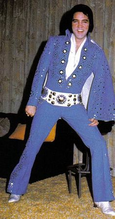 Elvis backstage at the Las Vegas Hilton , posing with his brand new jumpsuit. Rock And Roll, Rock N Roll Music, Priscilla Presley, Lisa Marie Presley, Elvis In Concert, You're Hot, Elvis Presley Photos, Country Blue, Most Handsome Men