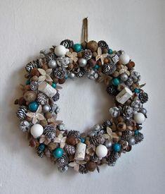 Přírodní+věnec+bílo-tyrkysový+-+věneček+z+turecké+lísky,+šišek,+bukvic,+žaludů,+dřeva..+doplněno+bílými+matnými+baňkami+a+tyrkysovými+dřevěnými+korálky+-+průměr+31+cm Ornament Wreath, Ornaments, Christmas Wreaths, Holiday Decor, Christmas Decorations, Ornament, Decor