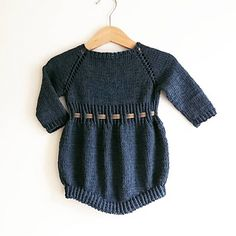 Baby playsuit that is easy and quick to knit. The playsuit is knitted from the topdown, with german short rows (turn and work) in order to knit the playsuit longerin the middle front and middle back. Baby Patterns, Playsuit, Knit Crochet, Kids Outfits, Rompers, Knitting, Sweaters, Clothes, Tops