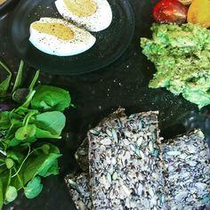 Simplicity of lunch - egg and avocado - Avocado Recipes, Vegan Recipes, Holiday Recipes, Dinner Recipes, My Favorite Food, Favorite Recipes, Recipe Creator, Thanksgiving Food, Frugal Meals