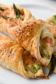 These Prosciutto Asparagus Puff Pastry Bundles are an easy and elegant appetizer or brunch idea! Perfect for Easter, Mother's Day or any other spring brunch! Elegant Appetizers, Brunch Appetizers, Brunch Food, Brunch Ideas, Breakfast Ideas, Dinner Ideas, Appetizer Recipes, Dinner Recipes, Easter Recipes