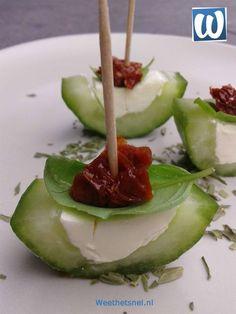 Hapjes maken: gevulde komkommer met roomkaas en zongedroogde tomaat.