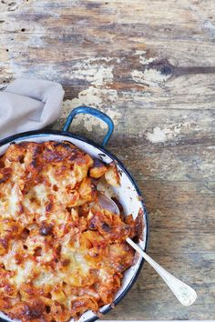 Anna veitsen ja leikkuulaudan levätä. Tämä pasta on arkipelastus, kun mitään ei pilkota vaan kaikki ainekset kotaan uunivuokaan sellaisenaan!...