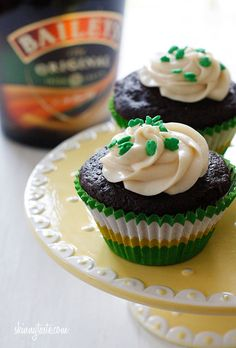 Chocolate Stout Cupcakes w/Bailey's Irish Cream Cheese Frosting. Skinnytaste:Yes, you read that right, there is ale in the cupcakes and Bailey's in the frosting! I guess it's safe to call these grown-up cupcakes, and boy are they good! Cupcake Recipes, Cupcake Cakes, Dessert Recipes, Frosting Recipes, Just Desserts, Delicious Desserts, Dessert Healthy, Yummy Treats, Sweet Treats