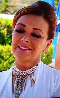 "La guapa Silvia Pasquel luciendo gargantilla Jenny Rabell en la telenovela ""Qué pobres tan ricos"". Compra accesorios Jenny Rabell aquí: http://jennyrabelltienda.com/"