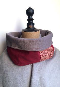2e0e05706e61 Avec cet imprimé traditionnel japonais de vagues seigaiha de couleur crème  sur fond rouge bo - 16905352