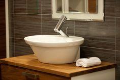 Tyylikäs kylpyhuone takaa ylellisen arjen! Sink, Bathtub, Bathroom, House, Home Decor, Sink Tops, Standing Bath, Washroom, Vessel Sink