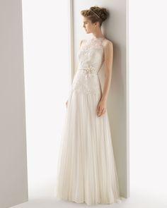 UNICOR - Vestido de tul de seda y encaje con broche de flor encolor natural.71T93 - Diadema Helena de malla, en color natural.