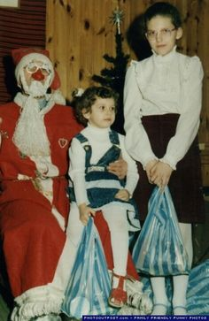 Kids may be scared of these creepy and weird Santa, but most of Santas are the warmest heated people in the world. Enjoy 22 scary Santa photos that will wreck your Christmas. Vintage Christmas Photos, Funny Christmas Pictures, Holiday Photos, Vintage Bizarre, Creepy Vintage, Christmas And New Year, Christmas Humor, Christmas Cards, Merry Christmas
