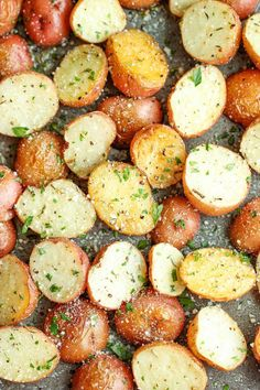 Lots of side dishes - Garlic Parmesan Roasted Potatoes - These buttery garlic potatoes are tossed with Parmesan goodness and roasted to crisp-tender perfection! Potato Dishes, Food Dishes, Pasta Dishes, Side Dish Recipes, Vegetable Recipes, Veggie Food, Garlic Parmesan Roasted Potatoes, Garlic Minced, Oven Roasted Red Potatoes