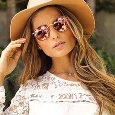 Caroline celico com brincos e oculos