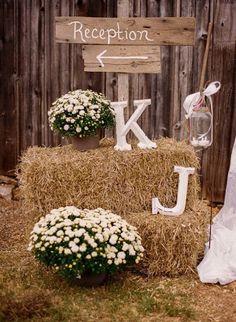 entrada escalera izq ceremonia dcha, con letras flores y maletas flores y dos cajas turquesas de centro flores colores