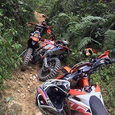 Reposting FRESH Sharing passion, good times with friends◾️◾️◾️ Enduro Motocross, Enduro Motorcycle, Motorcycle Outfit, Motorcycle Couple Pictures, Foto Snap, Ktm Dirt Bikes, Dirt Bike Girl, Bike Life, Jeep Life