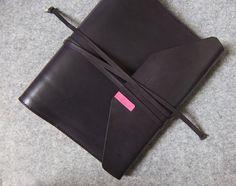 YOURS手工皮件設計 真皮綁帶活頁筆記本。 --B5-Size 灰藍+粉桃 特製版 - 阿曼設計│YOURS手工皮件 | Pinkoi