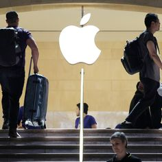 Lawsuit says Apple Store bag checks cheat workers out of $1,500 a year