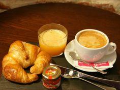 El típico y rápido desayuno Continental - Taberna del tío Blas - Logroño (La Rioja)    Café o infusión + croissant horneado en la propia taberna.    Si lo prefieres, también con zumo de naranja