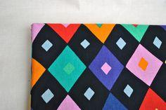 Tissu de coton arlequin. Tissu de coton avec couleur et black diamond. Ce tissu lumineux est parfait pour vos courtepointes et costumes pour enfants.