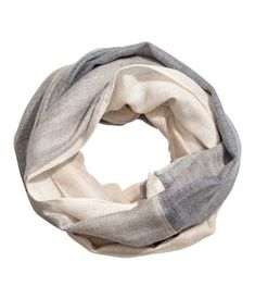 Light gray. Tube scarf in woven fabric.