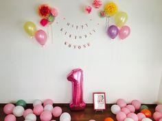 愛娘の1歳の誕生日 数字のバルーン以外100均の物を使って作りました ポンポンフラワー可愛い…笑 ガーランドも手作り手書き。よく見ると雑さがバレる←