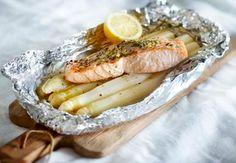 Asperge-zalmpakketjes met kruidenboter Fish Recipes, Low Carb Recipes, Cooking Recipes, Healthy Recipes, Dutch Recipes, Bon Ap, Happy Foods, Fish And Seafood, Healthy Cooking
