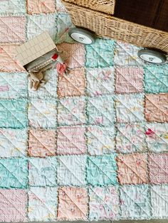 Making a rag quilt, the easiest beginner quilt, Easy Beginner Quilt, Rag Quilt Tutorial, Homemade Baby Quilt, Quilting designs, easy quilt pattern, free quilt pattern, quilt block patterns, quilting tutorial, easy quilting technique, how to quilt as you go, quilt on your own sewing machine, easy quilt project, quilters candy Rag Quilt Patterns, Beginner Quilt Patterns, Quilting For Beginners, Quilting Tutorials, Quilting Projects, Quilting Designs, Sewing Projects, Baby Rag Quilts, Homemade Quilts