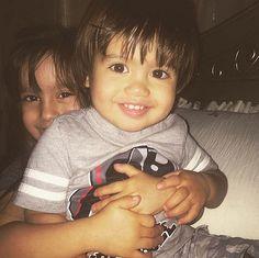 """GIA Y NICO. Bebés famosos en Instagram.       """"Tras un intenso partido de lucha libre"""", explicó Mario López al mostrar a sus seguidores esta foto de sus tesoros."""