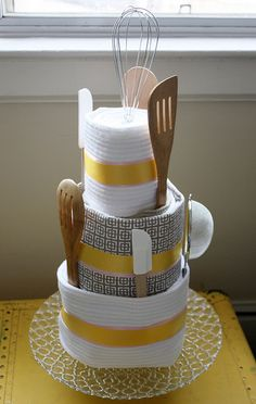 For a house warming gift, towel-cake-bridal-shower-gift or anything Kitchen Towel Cakes, Kitchen Towels, Diy Kitchen, Kitchen Gifts, Bridal Shower Centerpieces, Cake Centerpieces, Tea Party Bridal Shower, Gift Cake, Tea Gifts