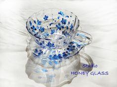 手描きのガラス絵付け作品になります。カップとソーサーに、小さな青い花を描いてみました。透明度が高く美しい発色のガラス専用絵具を使用しております。カップとソーサ...|ハンドメイド、手作り、手仕事品の通販・販売・購入ならCreema。
