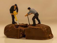 Kleine poppetjes nemen chocolade onder handen.